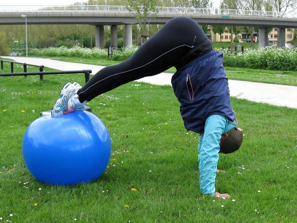 Mit dem Gymnastikball lassen sich die Übungen auch ins freie verlagern.