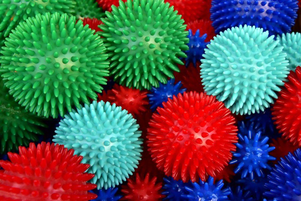 Viele grüne, rote, blaue und mint grüne Igelbälle liegen bei einander.